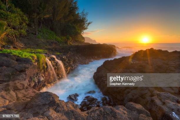 sunset over queens bath, princeville, hawaii, usa - water fall hawaii stock pictures, royalty-free photos & images