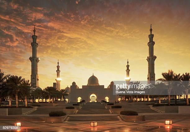 sunset over sheikh zayed grand mosque - abu dhabi bildbanksfoton och bilder