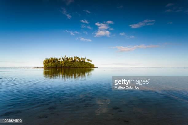 sunset over small islet, rarotonga, cook islands - isole cook foto e immagini stock