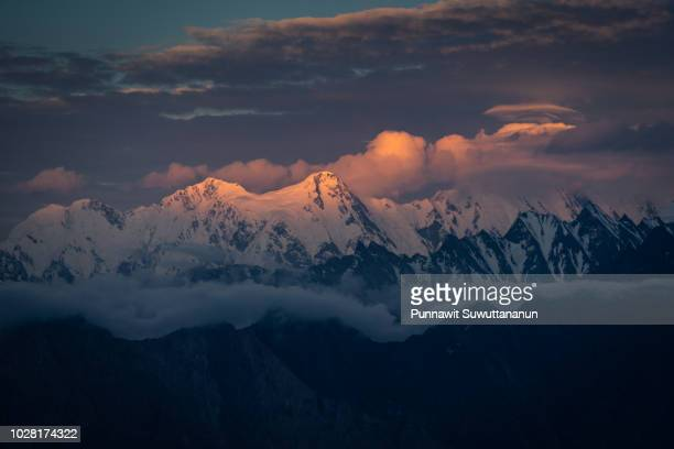 sunset over snow mountain of karakoram mountain range view from patundas peak, gilgit baltistan, pakistan - himalaya photos et images de collection