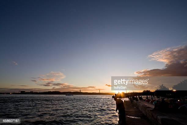 tramonto sul fiume tago - statua di cristo re foto e immagini stock