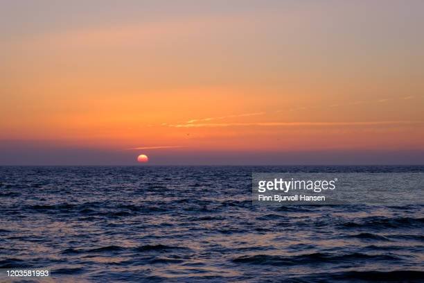 sunset over the atlantic ocean - finn bjurvoll - fotografias e filmes do acervo
