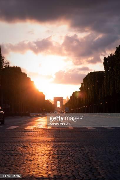 sunset over the champs elysées - avenue des champs elysees stock pictures, royalty-free photos & images