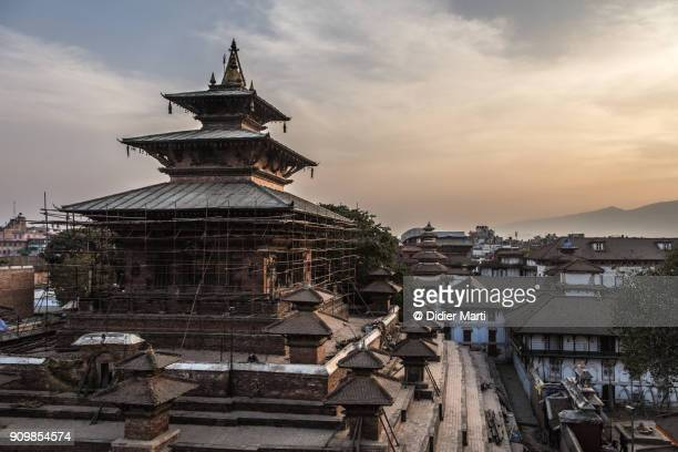 sunset over the famous durbar square in kathamandu old town in nepal - カトマンズ ダルバール広場 ストックフォトと画像