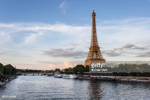 sunset over the famous eiffel tower in paris, france - fluss seine stock-fotos und bilder