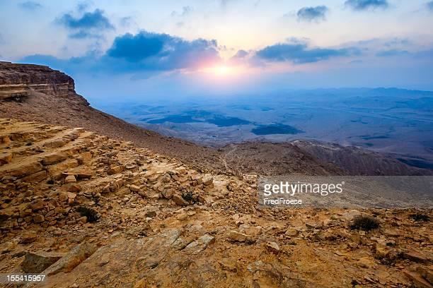 pôr do sol sobre a ramón cratera, israel - planalto - fotografias e filmes do acervo