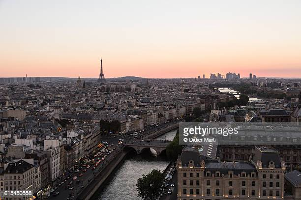 sunset over the seine river in paris - île de france stock-fotos und bilder