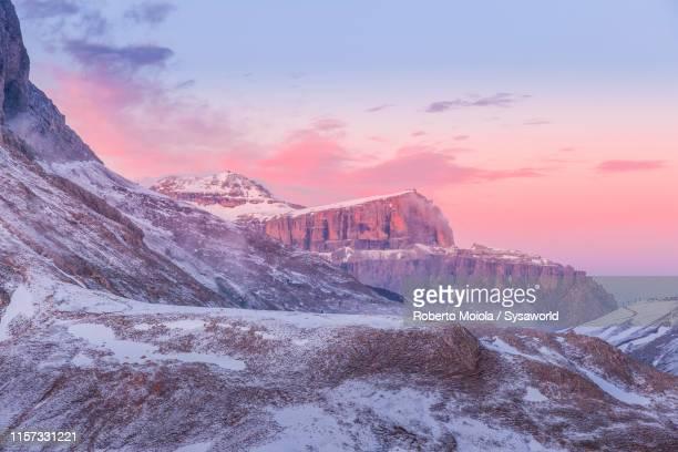 sunset over the snowy pordoi and piz boè, dolomites, italy - トレンティーノ ストックフォトと画像