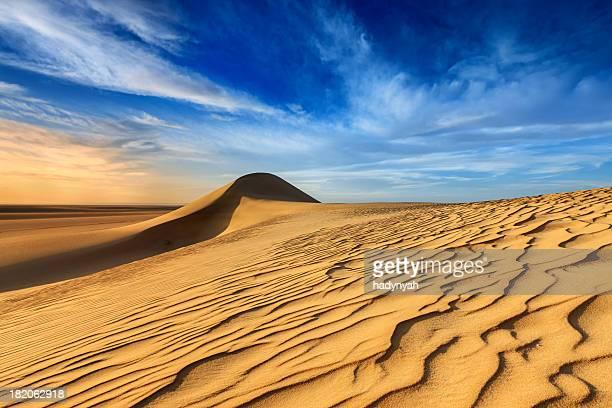 Coucher de soleil sur le désert du Sahara occidental en Afrique