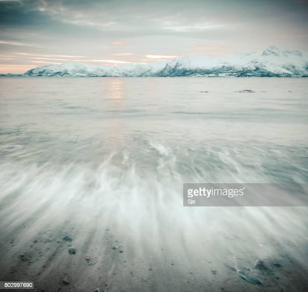"""puesta de sol sobre el panorama de vestfjord del archipiélago de la isla vesteralen en invierno - """"sjoerd van der wal"""" or """"sjo"""" fotografías e imágenes de stock"""