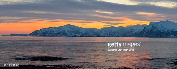 "sunset over vestfjord panorama from vesteralen island archipel, norway - ""sjoerd van der wal"" imagens e fotografias de stock"