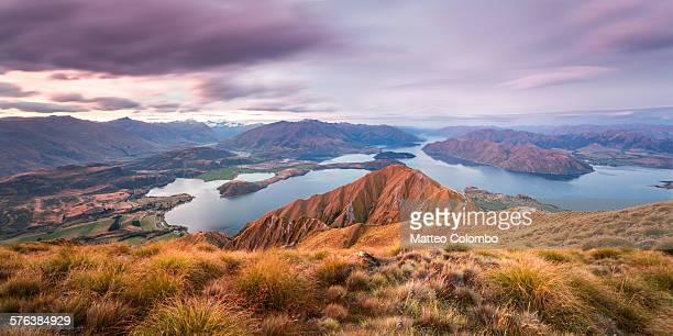 sunset over wanaka lake and mountains, new zealand - ニュージーランド南島 ストックフォトと画像