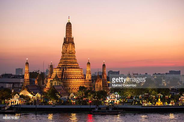 sunset over wat arun temple, bangkok, thailand - バンコク ストックフォトと画像