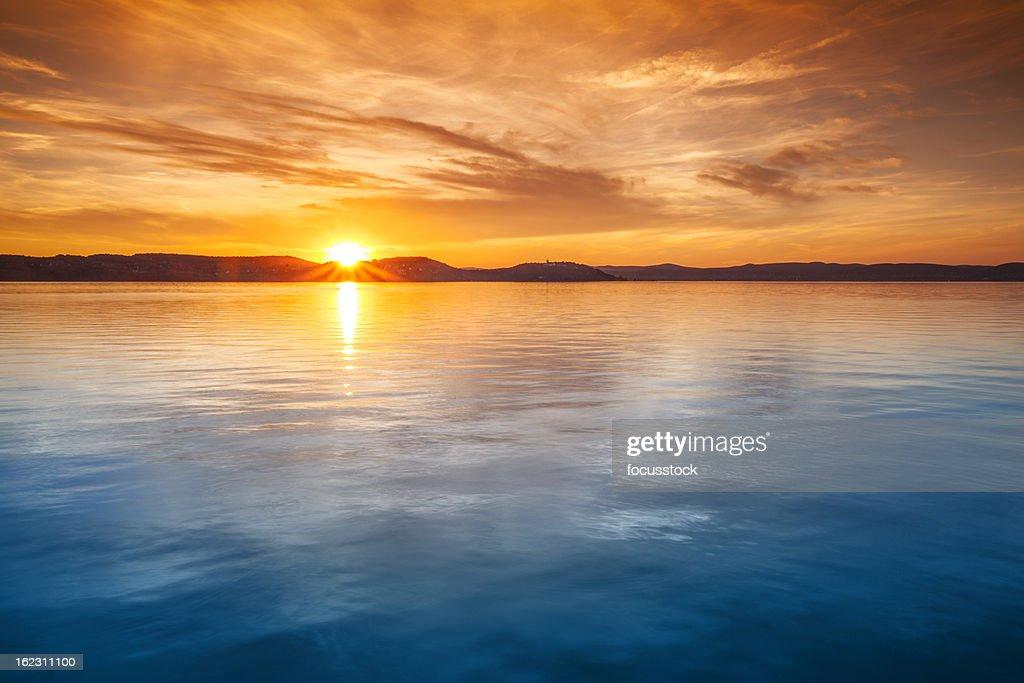 Sonnenuntergang über dem Wasser : Stock-Foto