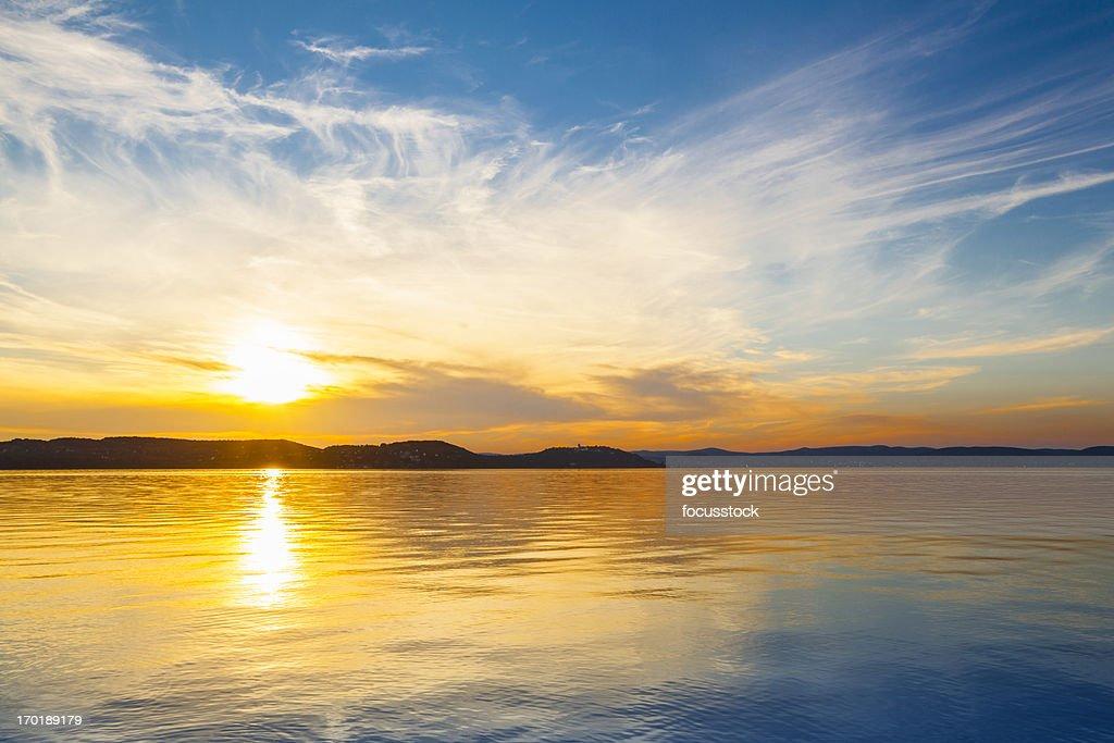 夕暮れ時の水上バンガロー : ストックフォト