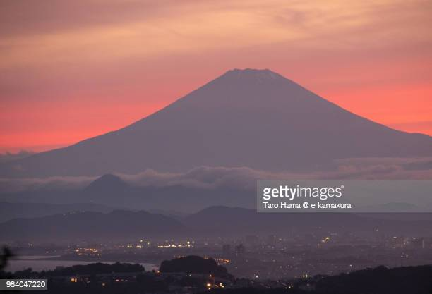 sunset red-colored clouds on mt. fuji and northern pacific ocean in japan - 平塚市 ストックフォトと画像