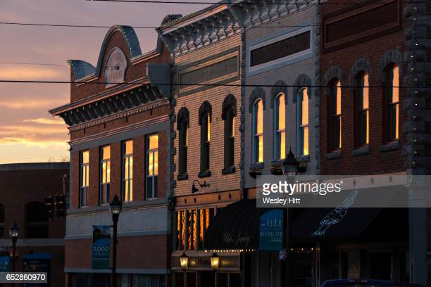 sunset reflects off of buildings in rogers, arkansas - アーカンソー州 ストックフォトと画像