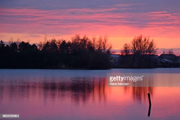 sunset rietplas - mensen stock pictures, royalty-free photos & images