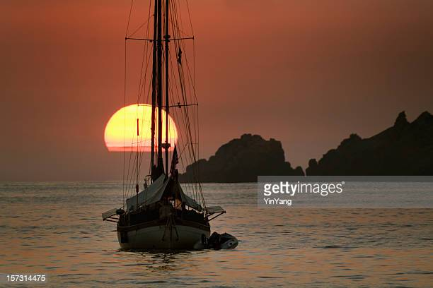 atardecer & barco de vela - ixtapa zihuatanejo fotografías e imágenes de stock
