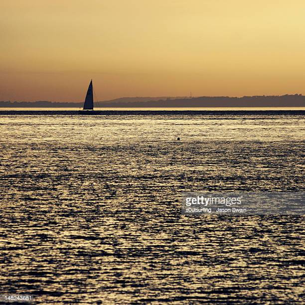 sunset sailing, totland bay, isle of wight - s0ulsurfing stock pictures, royalty-free photos & images