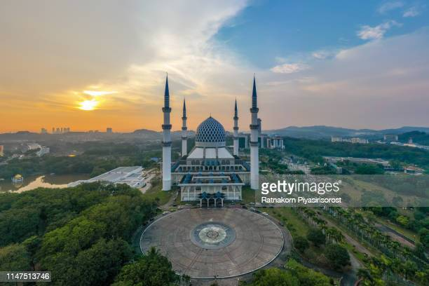 sunset scene of drone view of masjid sultan salahuddin abdul aziz shah or blue mosque in shah alam ,selangor, kuala lumpur, malaysia. sultan salahuddin abdul aziz mosque is the biggest mosque in malaysia - monument stock pictures, royalty-free photos & images