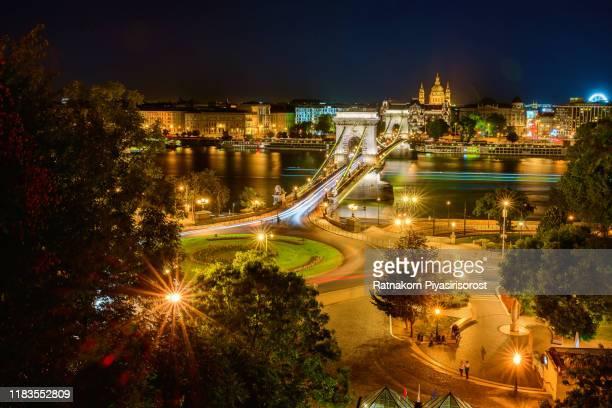 sunset scene of the hungarian parliament, the chains bridge and danube rive, budapest, hungary - sede do parlamento húngaro - fotografias e filmes do acervo