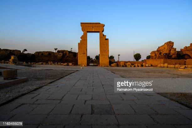 sunset scene of the temple of hathor in dendera nearby luxor. egypt - tempelcomplex van dendera stockfoto's en -beelden