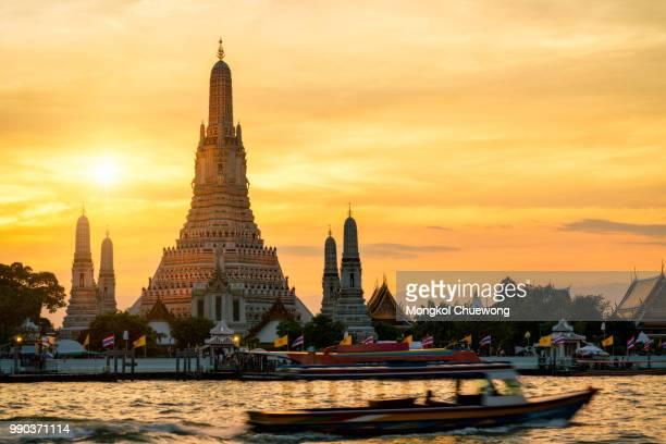Sunset silhouette scence of Wat Arun Ratchawararam Ratchawaramahawihan Temple in bangkok, Thailand