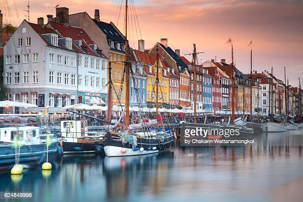 sunset sky and colorful buildings in nyhavn (denmark) - nyhavn stock pictures, royalty-free photos & images