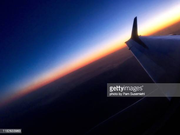 sunset sky over airplane wing - inclinando se - fotografias e filmes do acervo