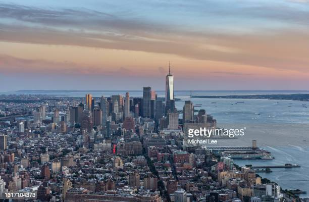 sunset skyline view of wtc and lower manhattan - new york city stock pictures, royalty-free photos & images