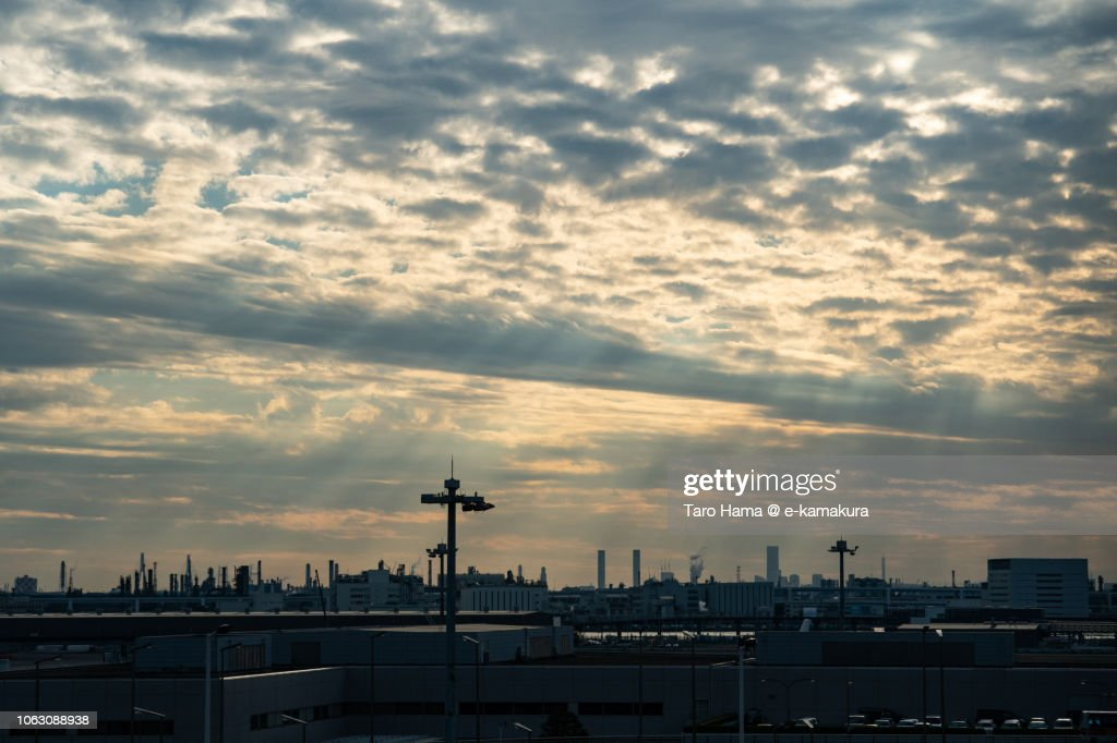 Sunset sunbeam on factories in Kawasaki city in Kanagawa prefecture and Tokyo Haneda International Airport in Japan : ストックフォト