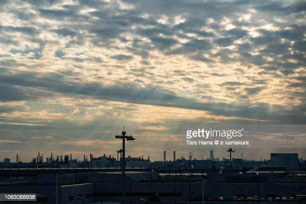 sunset sunbeam on factories in kawasaki city in kanagawa prefecture and tokyo haneda international airport in japan - 川崎市 ストックフォトと画像