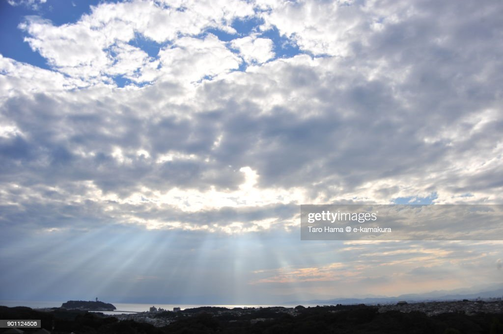 Sunset sunbeam on Sagami Bay and Enoshima Island in Fujisawa city in Kanagawa prefecture in Japan : ストックフォト