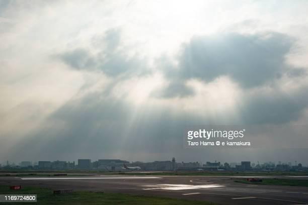 sunset sunbeam on tokyo haneda international airport in japan - taro hama ストックフォトと画像