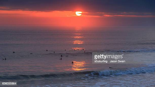 sunset surf on the isle of wight - s0ulsurfing stock pictures, royalty-free photos & images