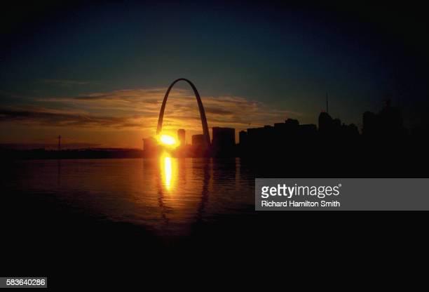 sunset through the gateway arch - ゲートウェイアーチ ストックフォトと画像
