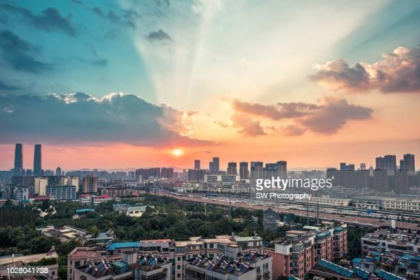 sunset view and cityscape of kunming, yunnan, china - provinz yunnan stock-fotos und bilder