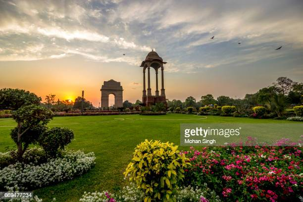 sunset view at india gate, new delhi - india gate delhi stock pictures, royalty-free photos & images