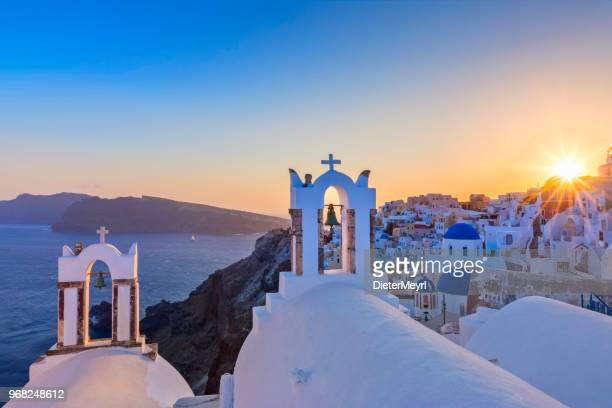 vista del atardecer de la isla de santorini, oia - grecia - oia santorini fotografías e imágenes de stock