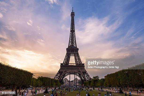sunset view of the eiffel tower from the champ de mars, paris, france - gustave eiffel stock pictures, royalty-free photos & images