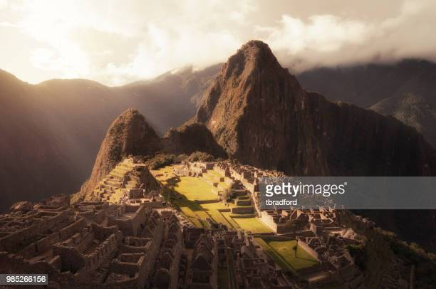 vista al tramonto della città inca di machu picchu in perù - machu picchu foto e immagini stock