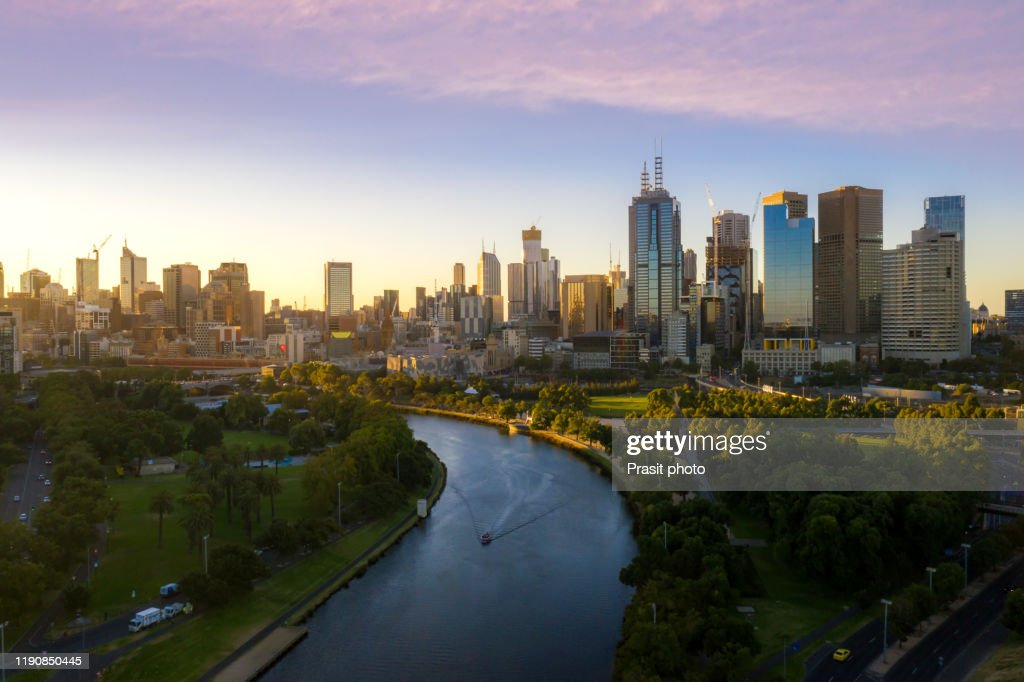 Sunset view of Yarra river and Melbourne skyscrapers business office building with evening skyline in Victoria, Australia. Australia tourism, modern city life, or business finance and economy concept : Foto de stock