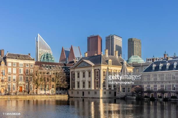 オランダ・デン・ハーグのビネンホフとスカイラインの建物、池の hofvijver の夕日の眺め-2019 - ハーグ ストックフォトと画像