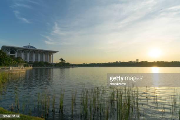 """sunset view over mosque of sultan mizan or """"iron mosque"""" in putrajaya, malaysia - shaifulzamri fotografías e imágenes de stock"""