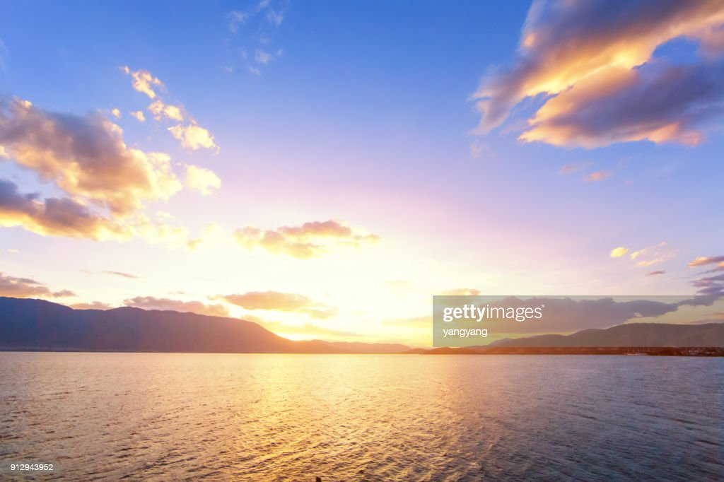 Sunset with dramatic clouds on the tropical beach : Stock-Foto