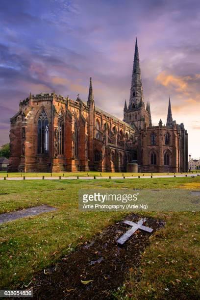 sunset with lichfield cathedral, lichfield, staffordshire, england, united kingdom - スタッフォードシャー リッチフィールド ストックフォトと画像