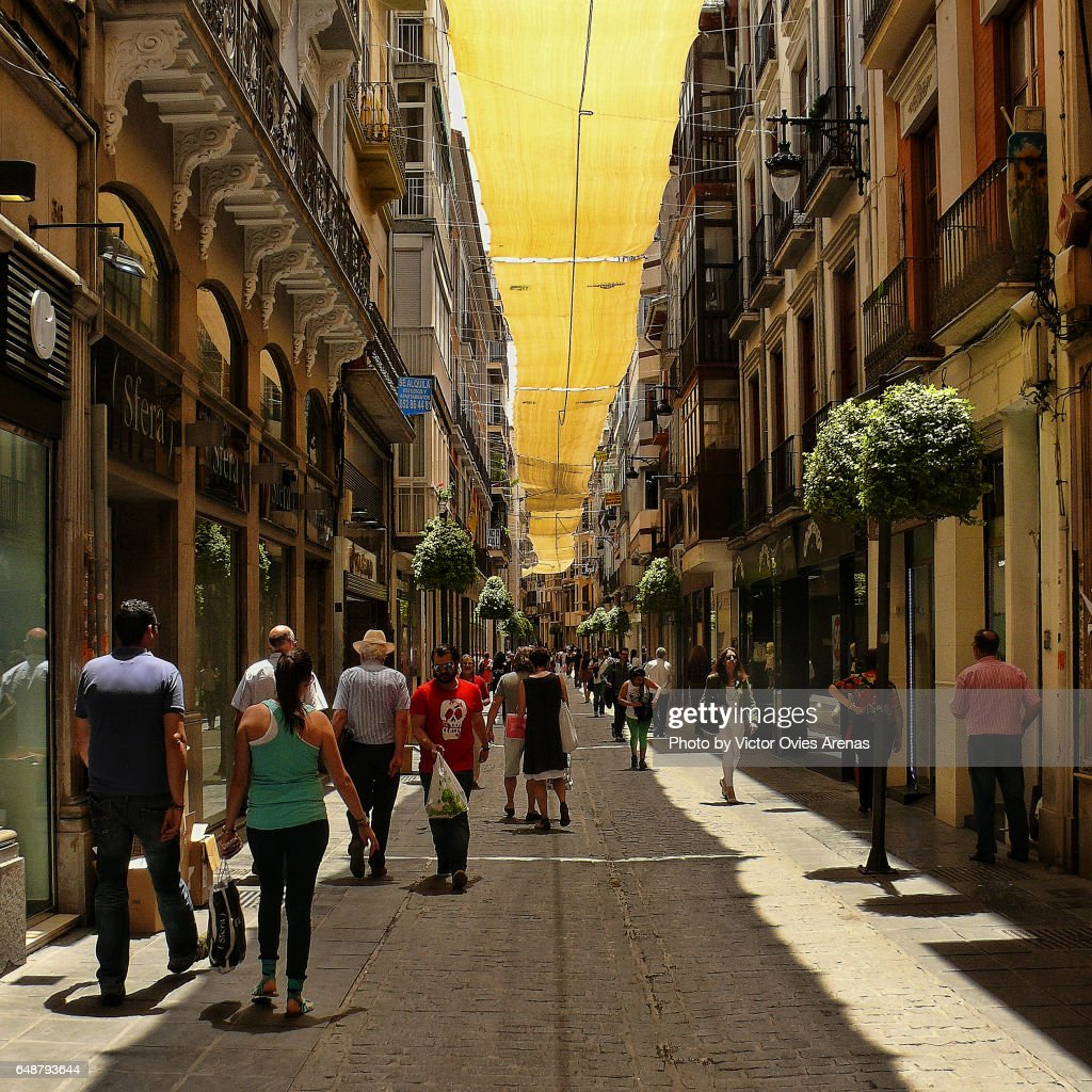Sunshade along Mesones shopping street in mid summer in Granada, Andalusia, Spain : Foto de stock