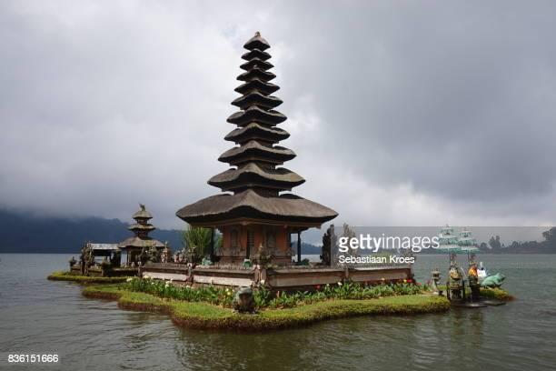 sunshine at pura ulun danu bratan temple and lake, bedugul, bali, indonesia - meru filme stock-fotos und bilder