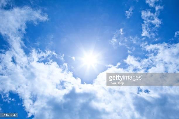 xxxl sol fundo com céu claro e azul - nublado - fotografias e filmes do acervo